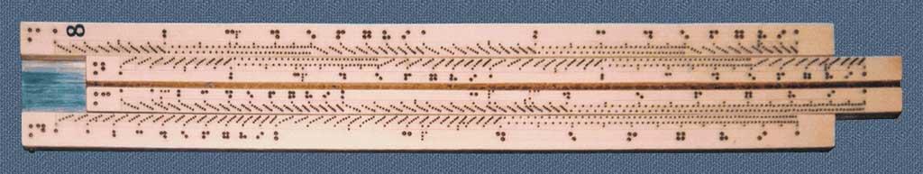 Plastové logaritmické pravítko pro nevidomé vyrobené pravděpodobně pod vedením pana Jiřího Ditricha ve Vývojovém a výrobním středisku pro slepecké výrobní pomůcky v Brně.